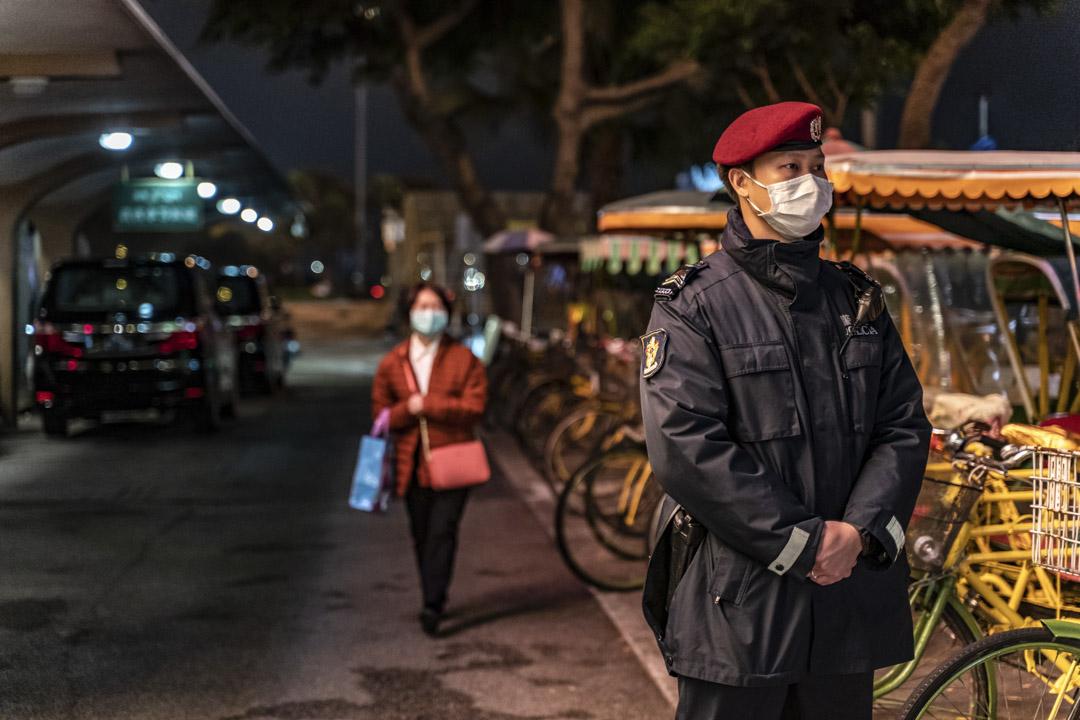 2020年2月5日,澳門葡京娛樂場外有一名戴著口罩的警察。 攝:Anthony Kwan/Getty Images