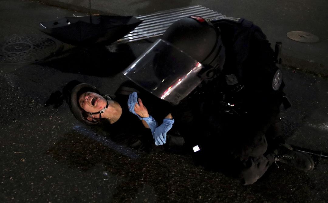 2020年7月26日,波特蘭一名示威者被聯邦特勤人員壓倒在地上。