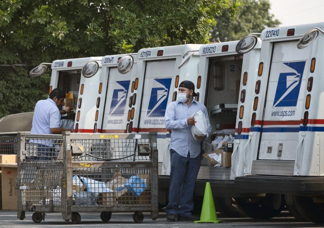 2020年8月20日,美國加州洛杉磯,郵差在郵局準備派送郵件。 攝:Richard Vogel/AP/達志影像