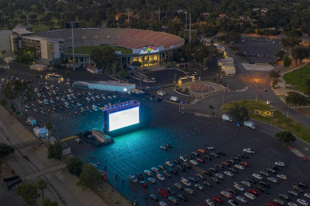 2020年7月4日,美國加州帕薩迪納一所體育場外,設置了臨時汽車戲院。 攝:David McNew/Getty Images