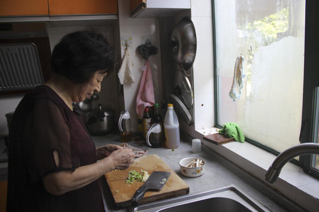楊本芬在廚房忙碌。