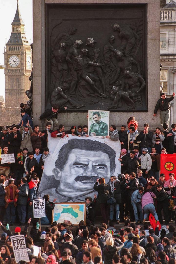 1999年2月,庫爾德工人黨領袖阿卜杜拉·奧賈蘭被土耳其當局拘捕後,倫敦的庫爾德工人黨支持者到特拉法加廣場聲援,展示奧賈蘭的肖像。