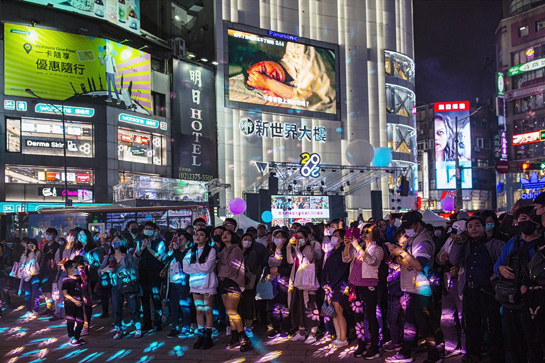 2020年2月15日台北,市民在西門欣賞燈飾。 攝:陳焯煇/端傳媒