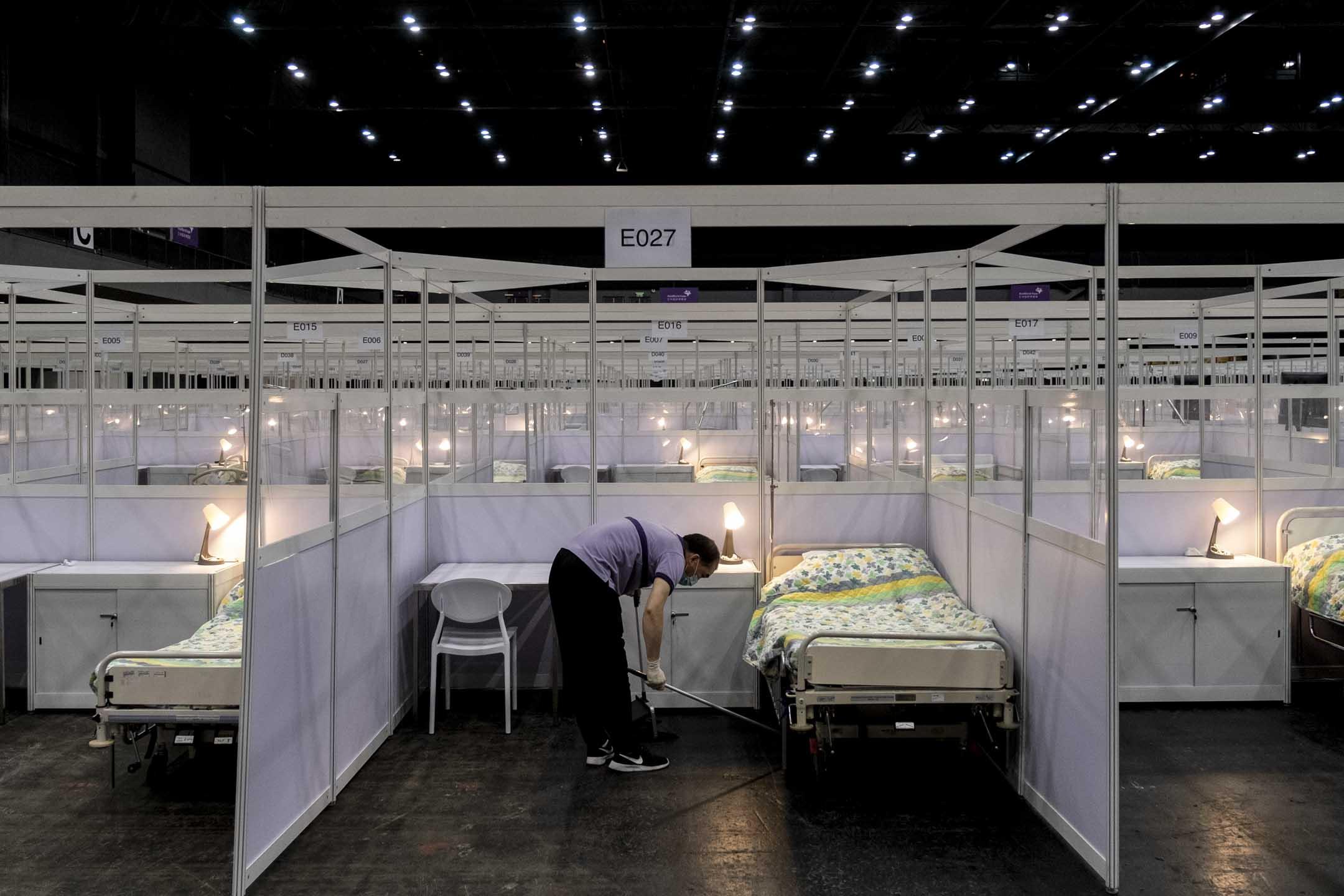 2020年8月1日,由香港亞洲國際博覽館一號館改建的「方艙醫院」正式啟用,並於中午收治了首批新冠肺炎確診病患。 圖:端傳媒