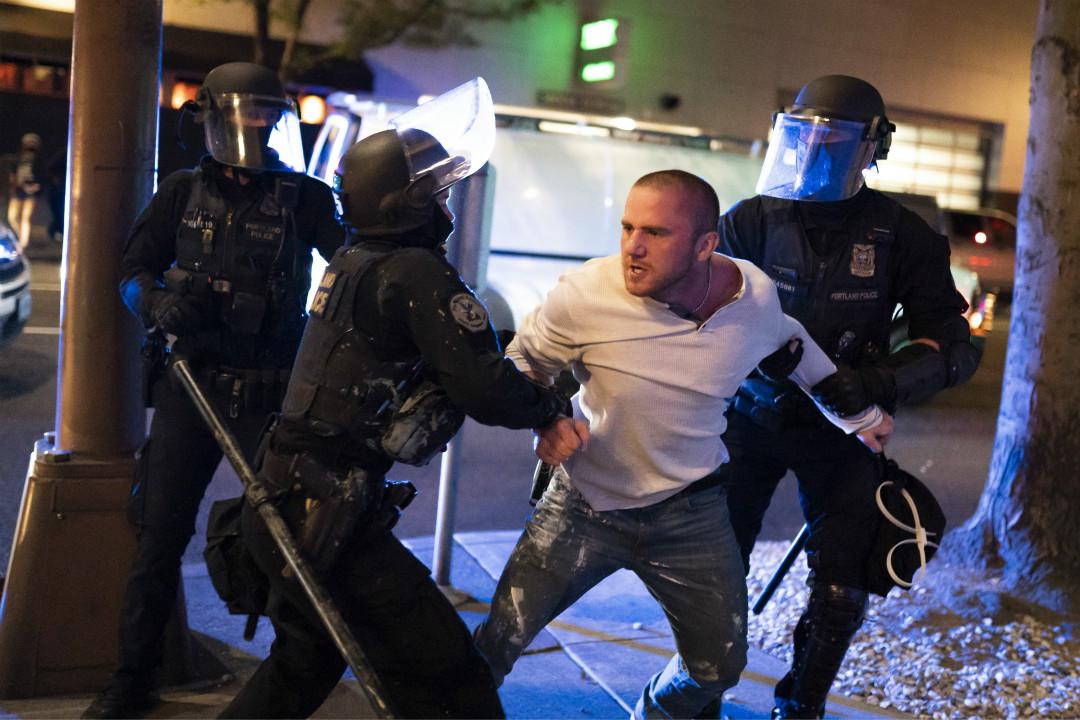 2020年8月29日,美國波特蘭市發生衝突,警察逮捕一名特朗普支持者 Chandler Pappas。 攝:Nathan Howard/Getty Images
