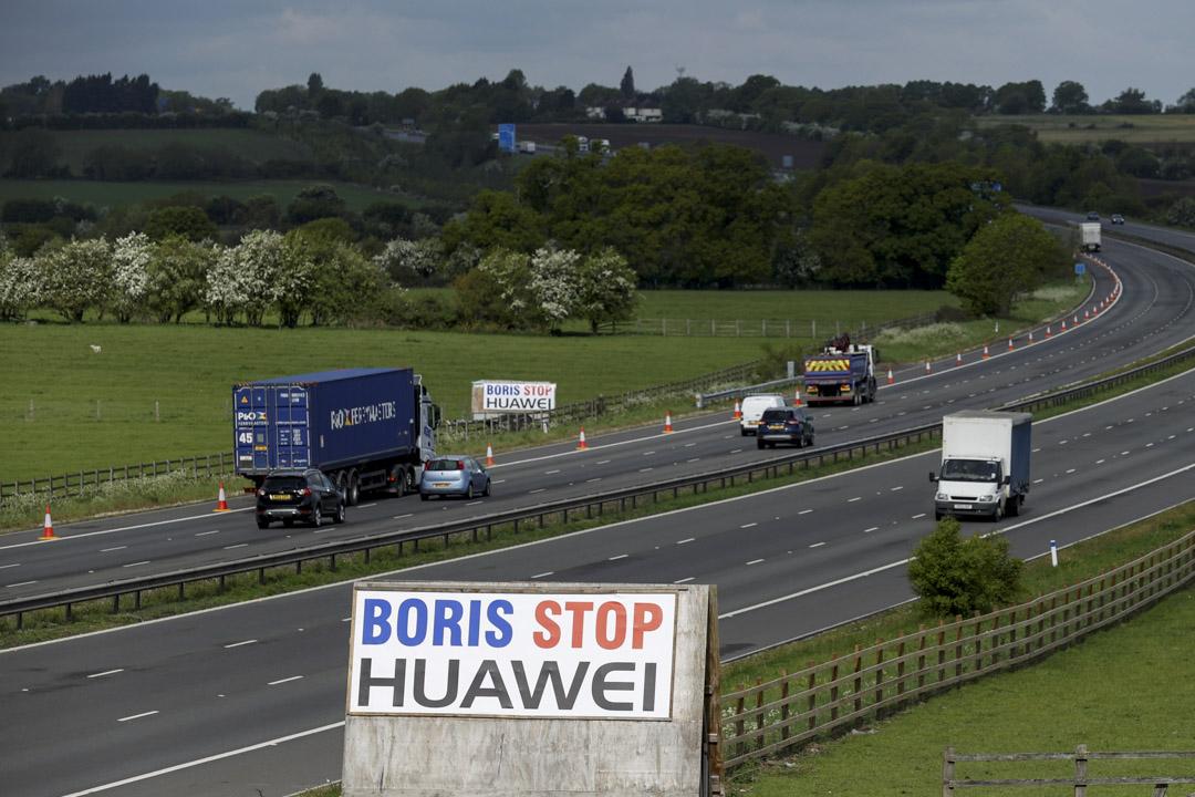 2020年5月1日,英國一條高速公路旁,看到標有「Boris Stop Huawei」的標示牌。
