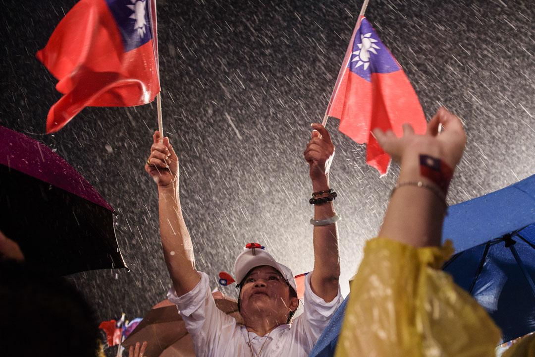 2020年8月14日,傾盆大雨下的李眉蓁選前之夜晚會,現場的支持者。