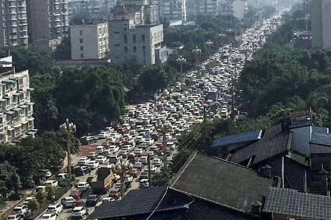 四川省樂山市,不少市民駕車駛離五通橋前往市區等地躲避,交通一度癱瘓。