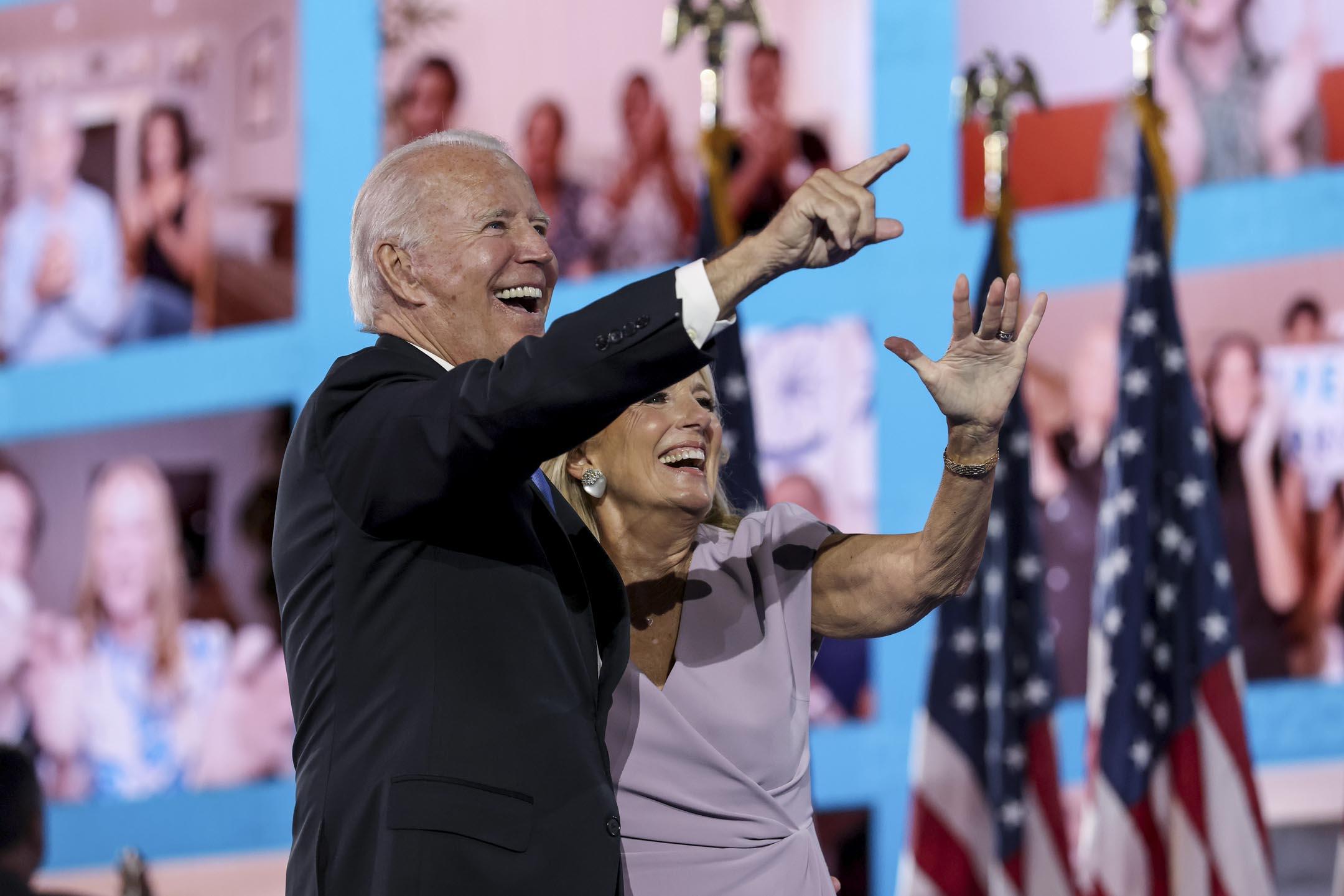 2020年8月20日,民主黨全國代表大會,民主黨總統候選人拜登和妻子向支持者揮手。 攝: Win McNamee/Getty Images