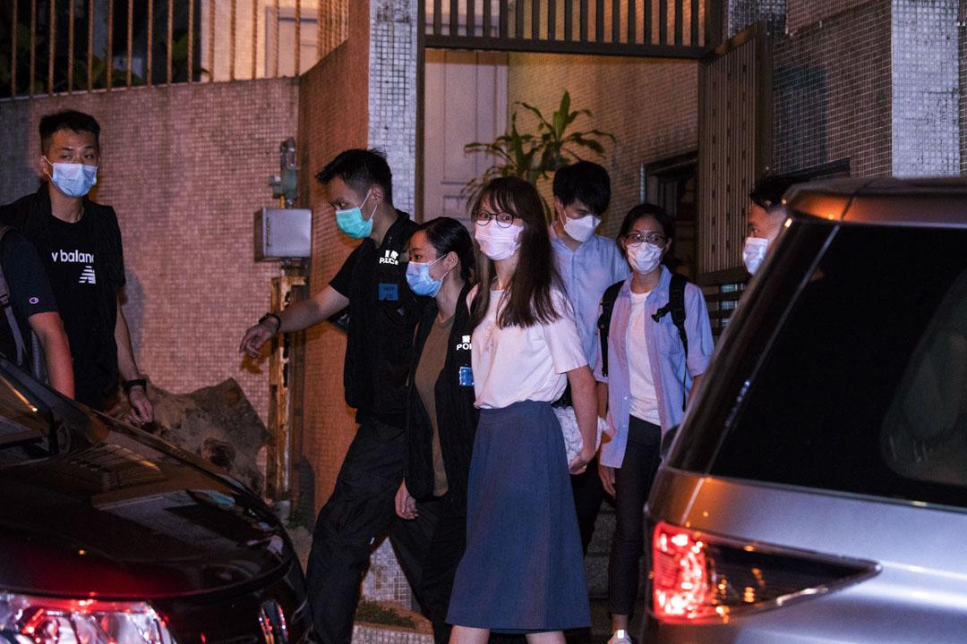 2020年8月10日,警員將周庭帶離寓所。