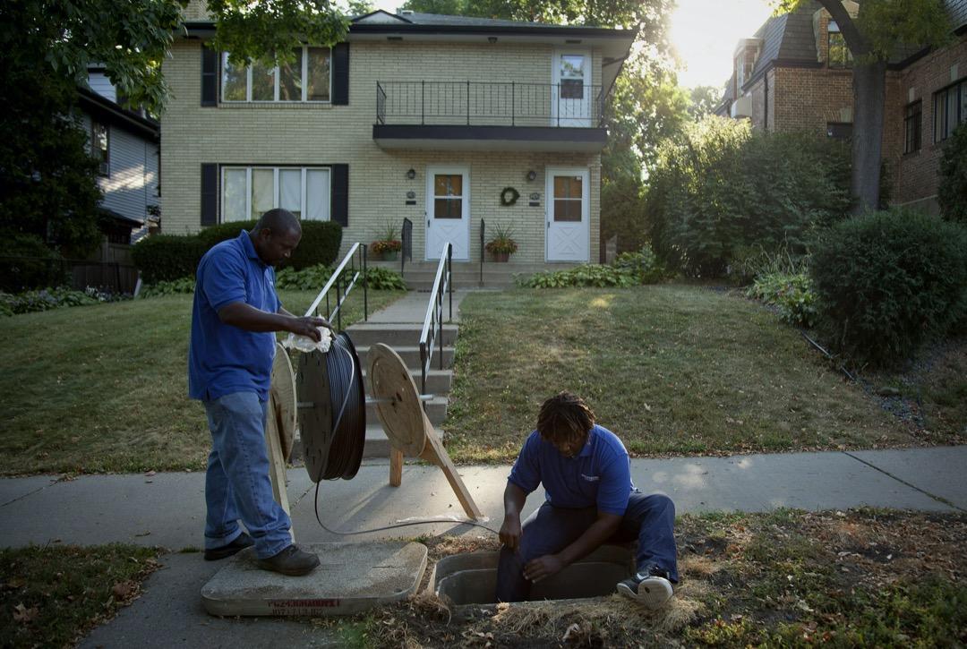工作人員在美國明尼亞波利斯市內鋪設光纖。