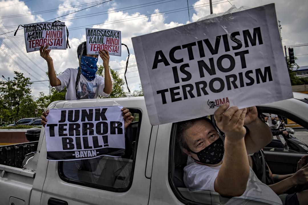 2020年6月3日在菲律賓馬尼拉大都會昆頌市,有反對《2020年反恐法》的示威者舉起標語,指出維權人士並非恐怖份子。 攝:Ezra Acayan / Getty Images