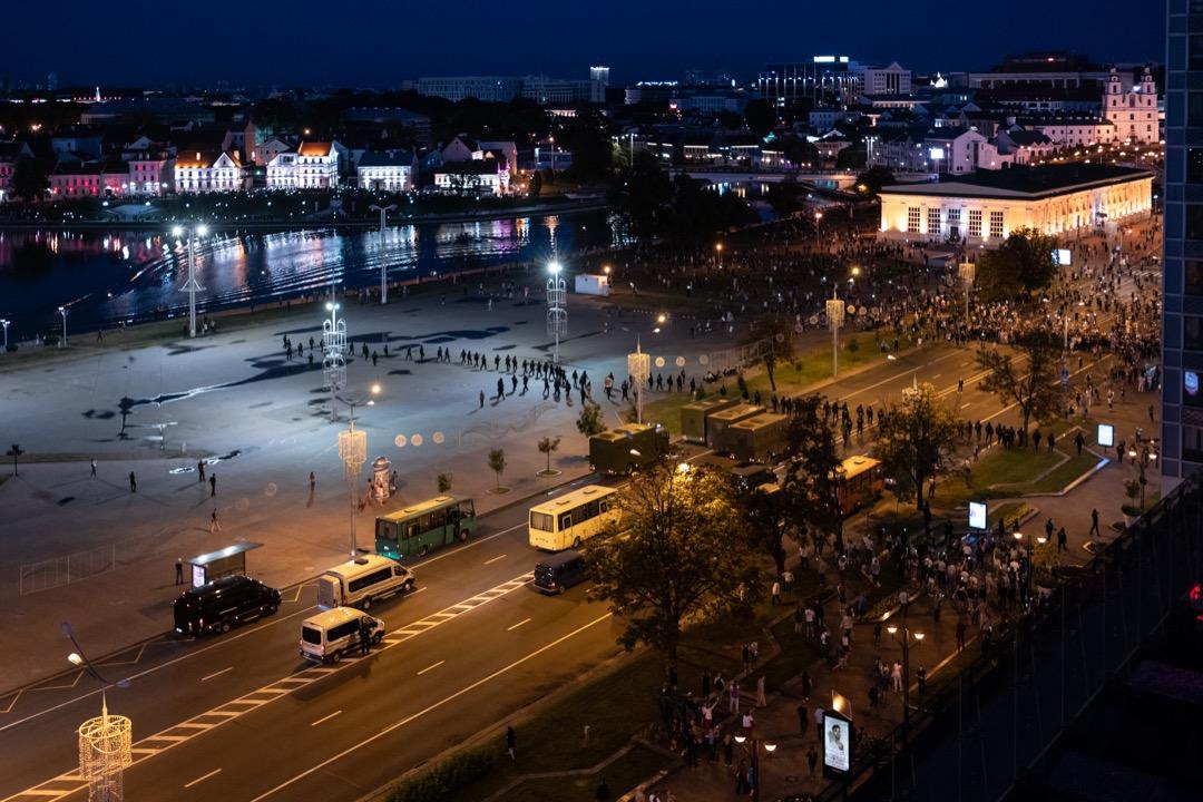 2020年8月10日,白羅斯首都明斯克,不滿總統盧卡申科操控選舉的示威者在市中心與防暴警察對峙。