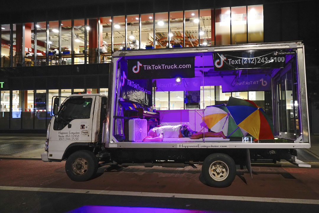 2020年7月30日,TikTok 用於一項宣傳活動的「TikTok 貨車」在美國紐約行駛。 攝:John Nacion / STAR MAX / IPx / AP