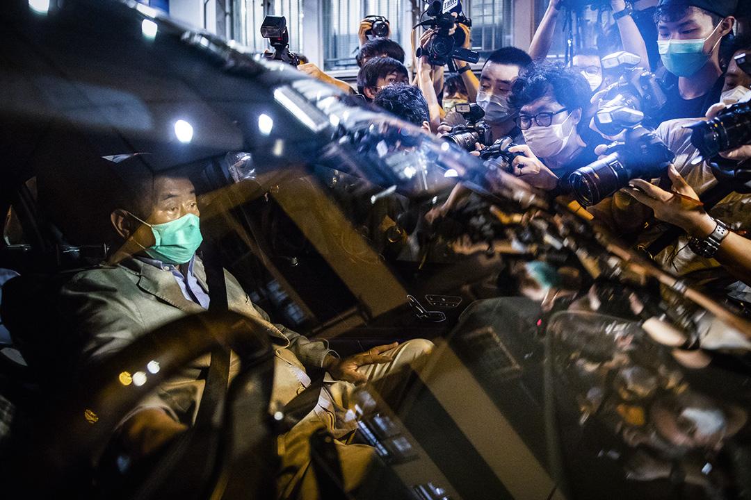 2020年8月12日,黎智英於旺角警局保釋離開。 攝:陳焯煇/端傳媒