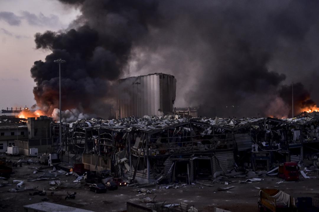 在爆炸發生的港口附近的倉庫起火。