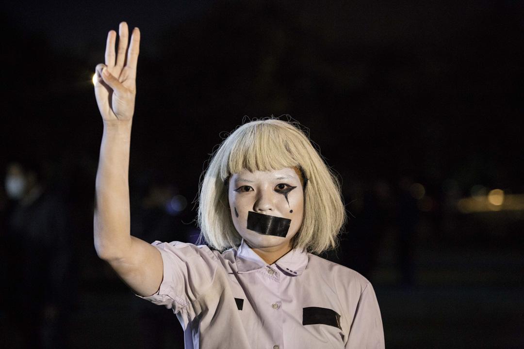 2020年8月18日,泰國曼谷的的一次學生集會上,有示威學生舉起「三指」宣誓手勢。
