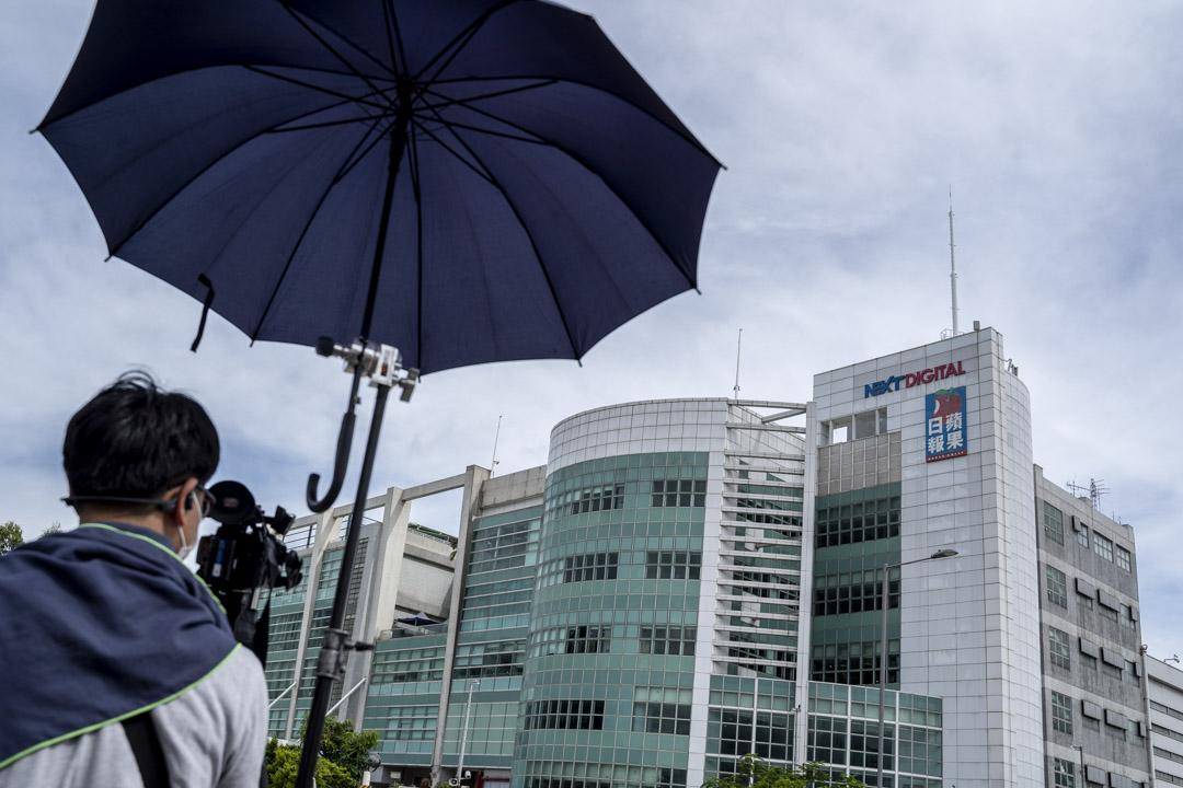 2020年8月10日,不少記者被警方拒絕進入採訪區,只能在將軍澳壹傳媒大樓外較遠位置拍攝。 攝:林振東/端傳媒