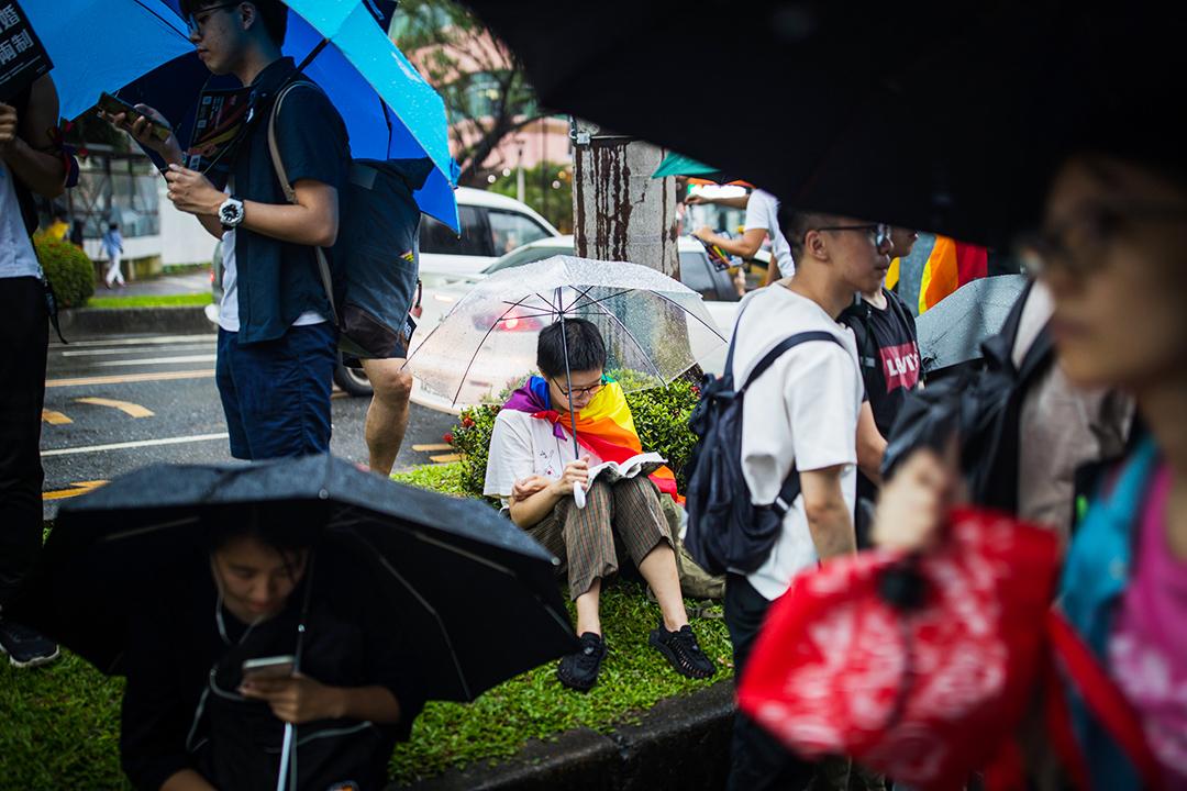2019年5月17日,台北立法院外挺同團體發起集會,一名參與者在看書。