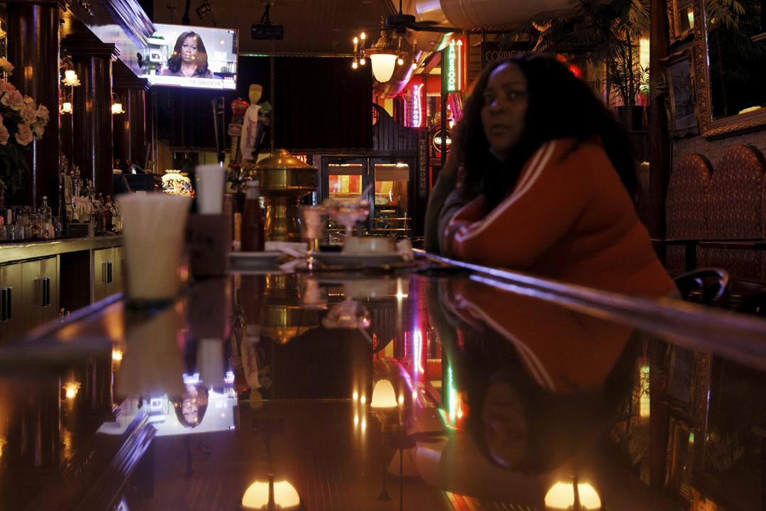2020年8月18日在美國密爾沃基一間商店,電視正在播放前任「第一夫人」米歇爾(Michelle Obama)在民主黨全國代表大會上的發言片段。 攝:Brian Snyder / Reuters