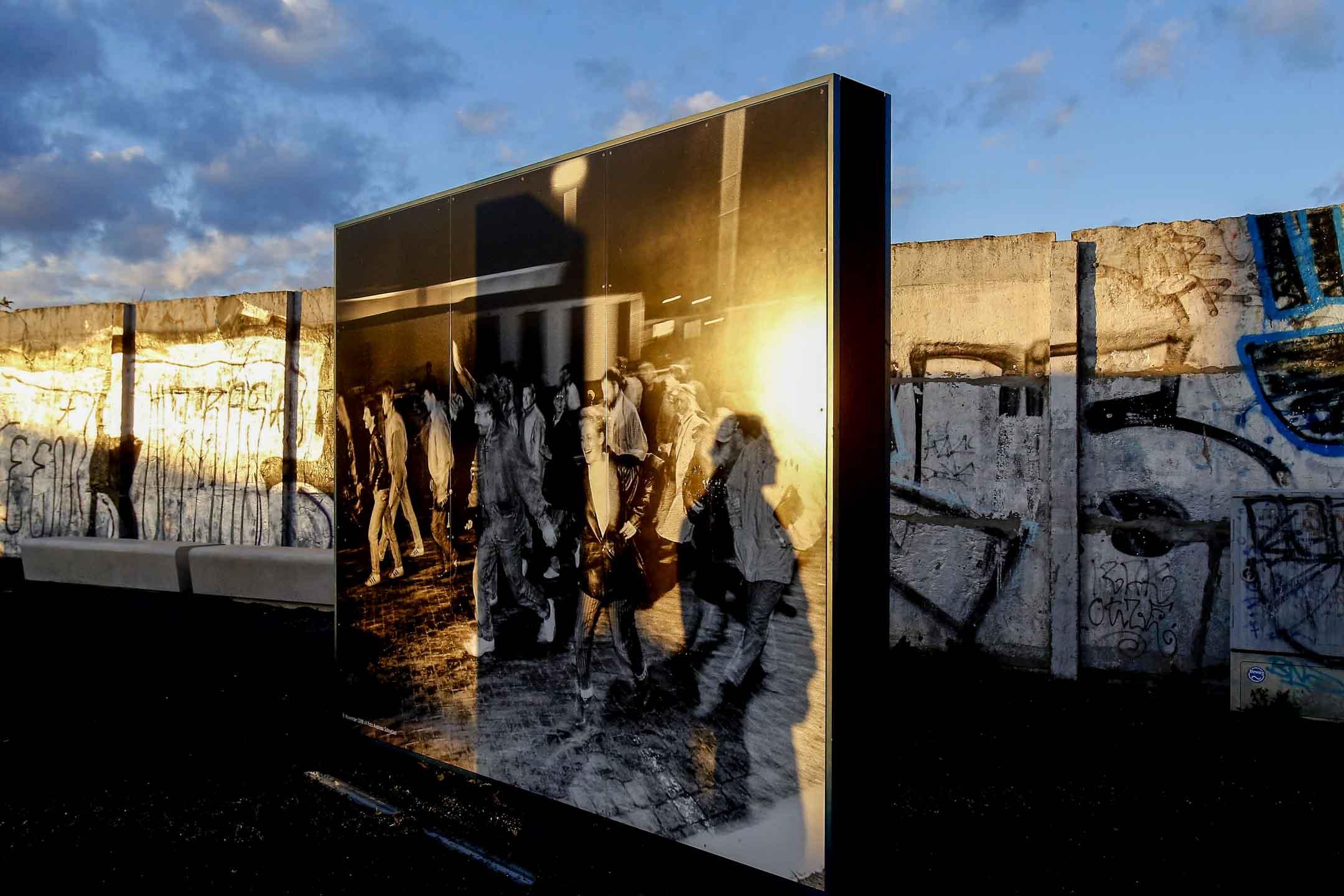 2013年11月9日柏林牆倒塌的24週年,柏林圍牆紀念館內一個人在歷史圖片上投下了陰影。 攝:Tobias Schwarz/Reuters/達志影像