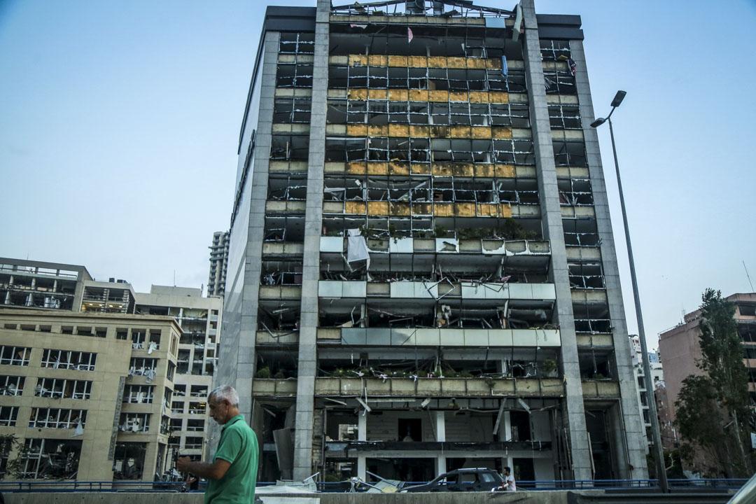 有大樓被爆炸的衝擊波所波及,外牆玻璃碎裂。