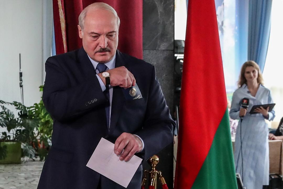 2020年8月9日,白羅斯總統大選,總統盧卡申科到票站投票。