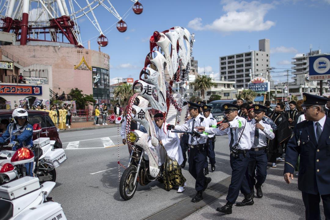 2019年1月13日,日本沖繩,一名男子在慶祝「成年日」時因非法改裝電單車被警察拘捕。