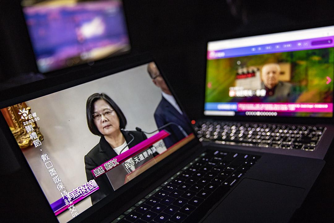 電腦上播放公視的新聞節目。 攝:陳焯煇/端傳媒