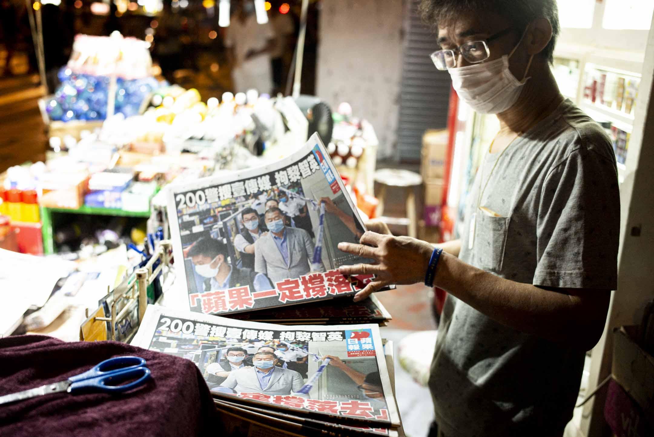 2020年8月11日凌晨約二時,首批《蘋果日報》印好送到報紙檔販售。 攝:林振東/端傳媒