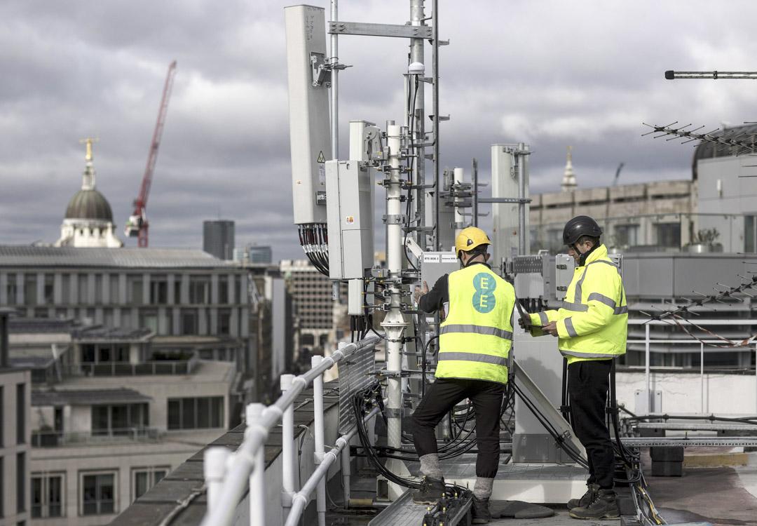 2019年3月15日,倫敦,無線網絡工程師檢查華為5G設備。