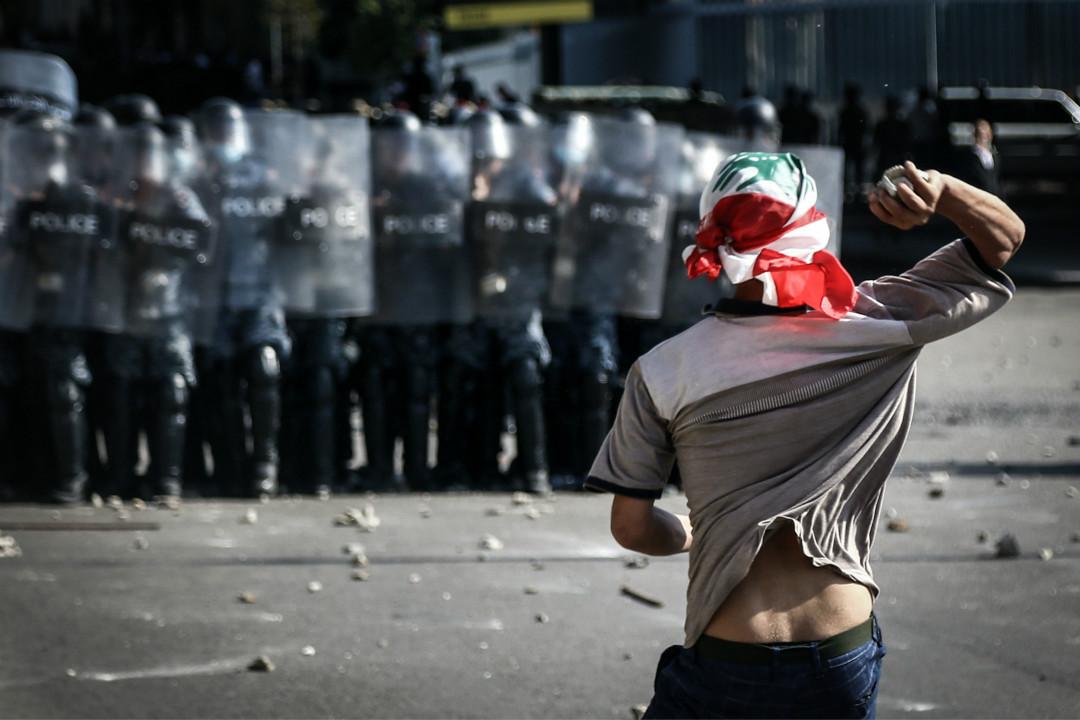 2020年8月8日,黎巴嫩首都貝魯特,反政府示威者向防暴警察投擲石塊。 攝:Marwan Naamani/Getty Images