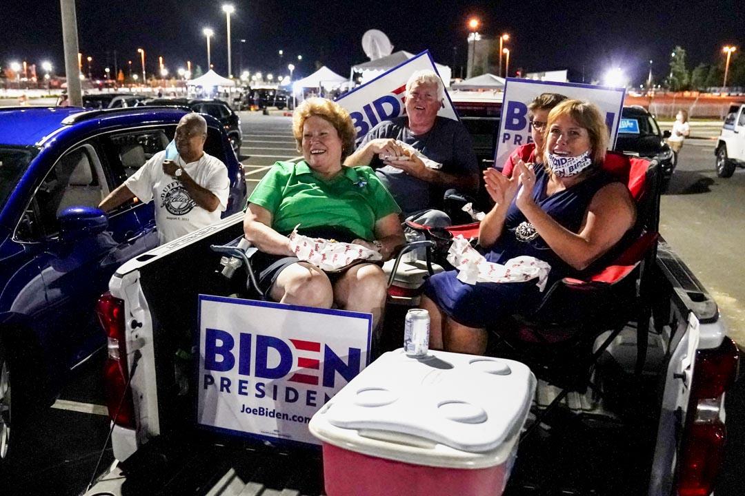 2020年8月20日,民主黨全國代表大會最後一天,拜登支持者在特拉華州的戶外集會上觀看直播。