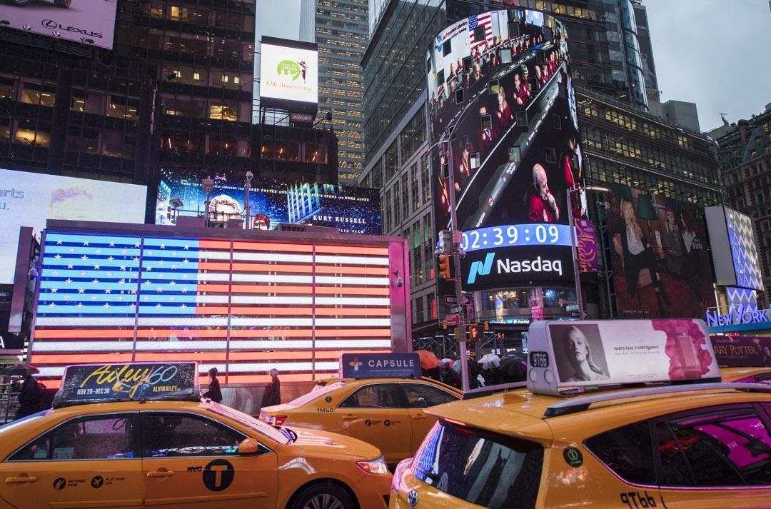 紐約時代廣場的納斯達克廣告版。 攝:Joel Kowsky/NASA via Getty Images