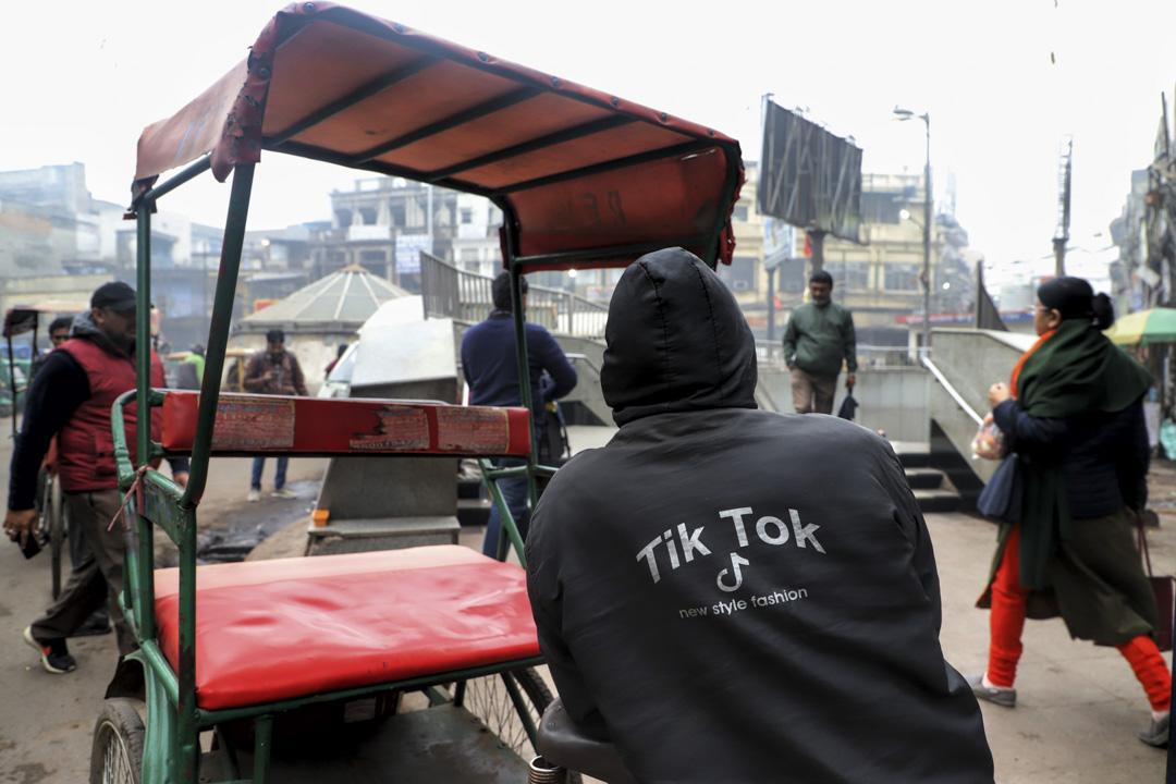 2020年1月21日,印度新德里的地鐵站外,背上寫著TikTok 的人力車夫在等待乘客。