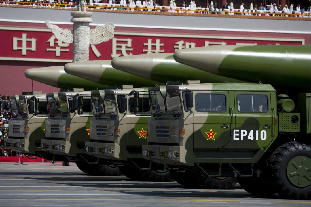 2015年9月3日,紀念二戰結束70週年閱兵,運載東風-26彈道導彈的軍車經過天安門。 攝:Andy Wong - Pool /Getty Images