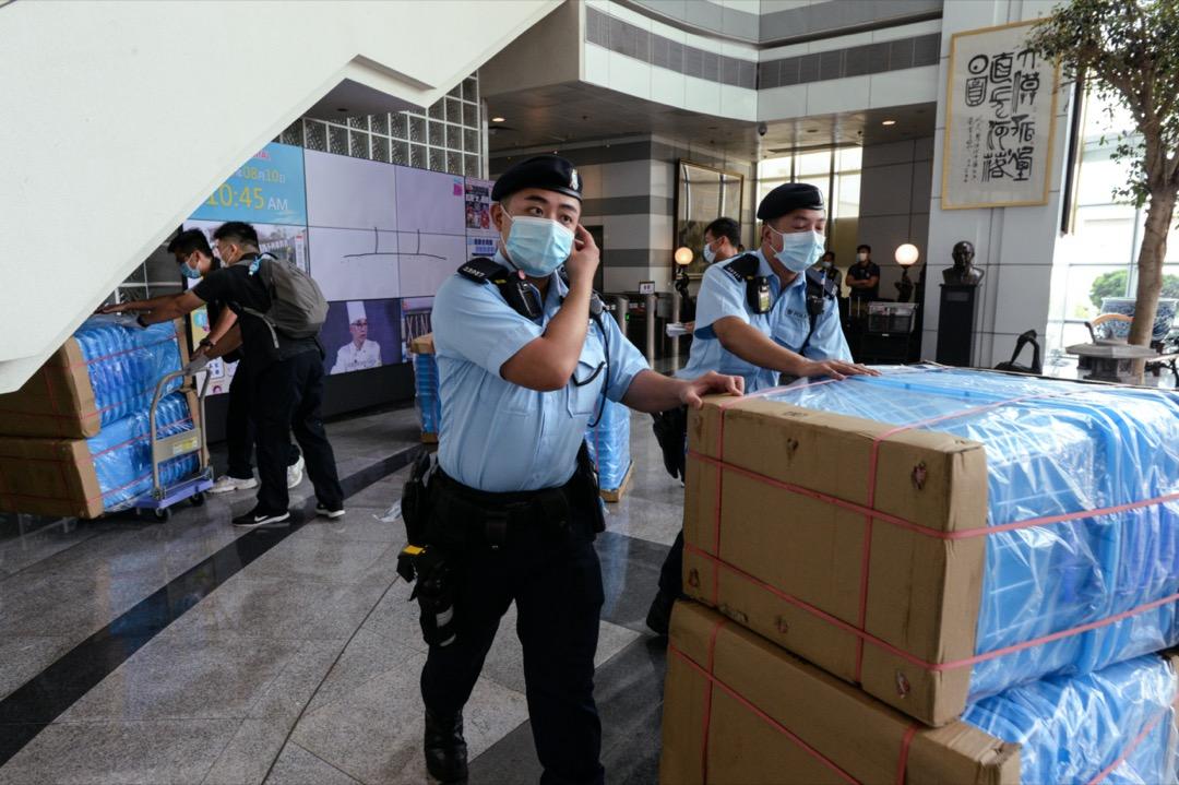 警方用作運送證物的藍色膠盒。
