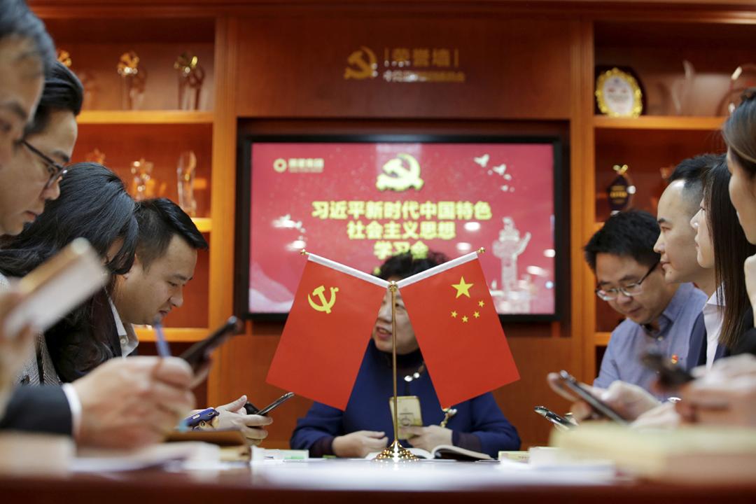 2019年2月25日,中國企業潮星集團的中共黨員僱員正在參與「習近平新時代中國特色社會主義思想學習會」,期間使用應用程式「學習強國」學習。 攝:Jason Lee / Reuters
