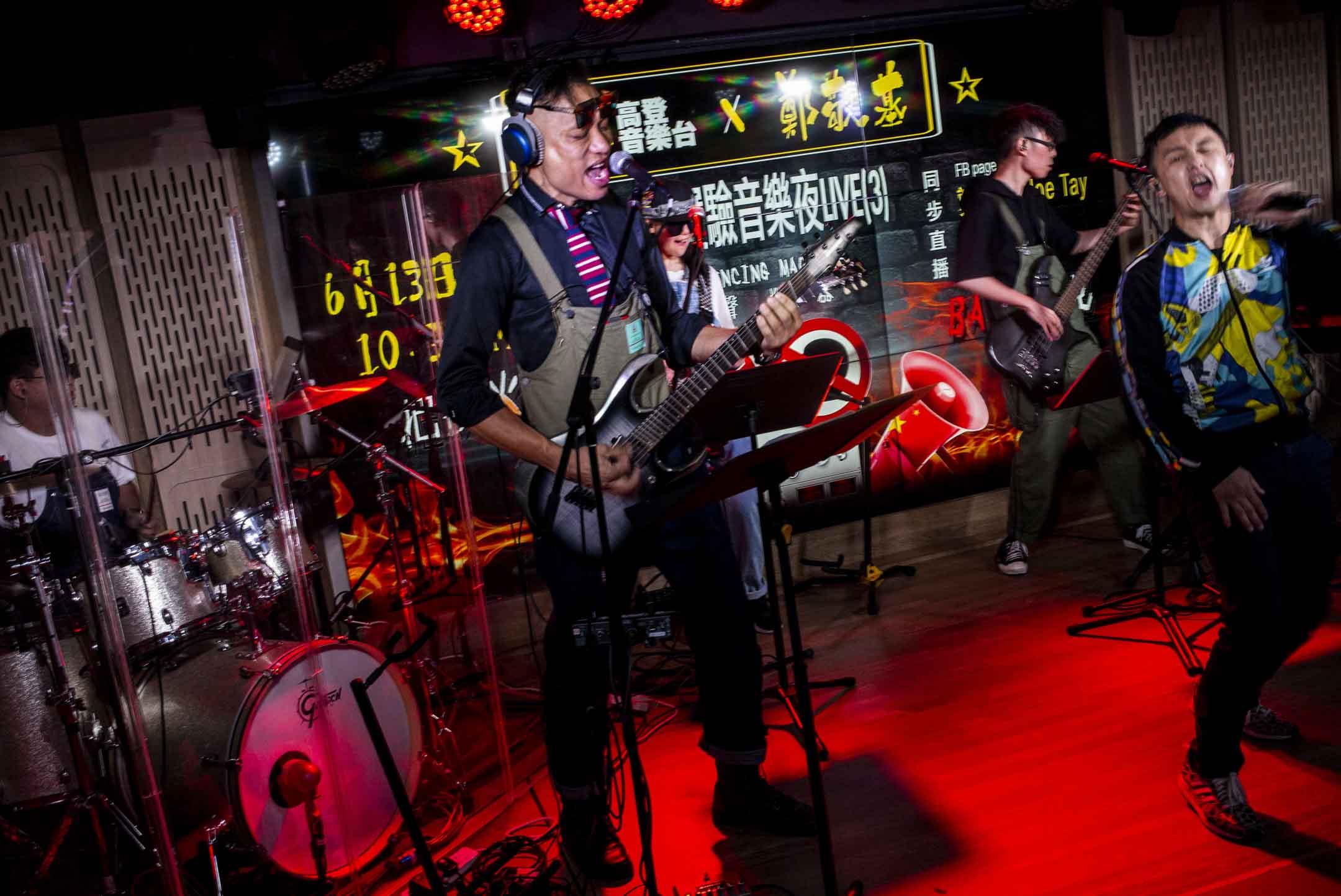 2020年6月13日,高登音樂台X 鄭敬基《滅聲機器》眼火爆音樂會以直播形式在網上演出。 攝:林振東/端傳媒