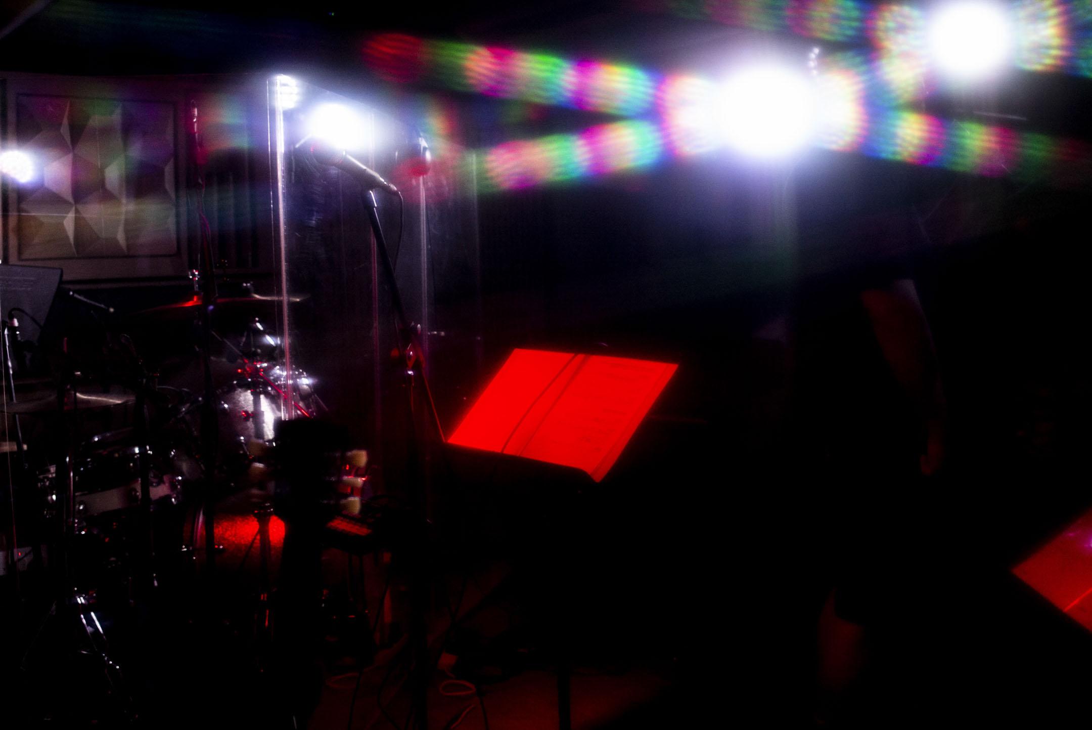 高登音樂台演出的舞台上,被紅色燈光照射下的樂譜。