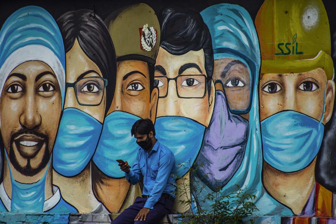 2020年7月21日印度新德里,一個印度人在看他的手機。  攝:Yawar Nazir/Getty Images
