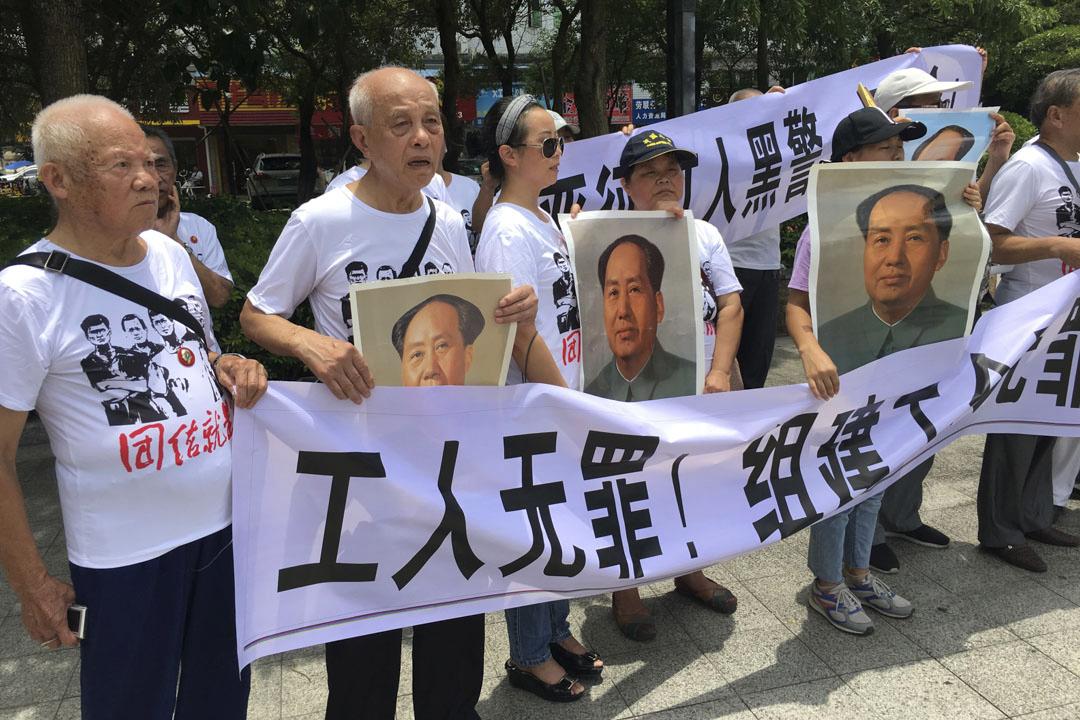 2018年8月6日,中國廣東深圳市坪山區派出所外,示威者在聲援佳士工人的活動中舉起橫幅。