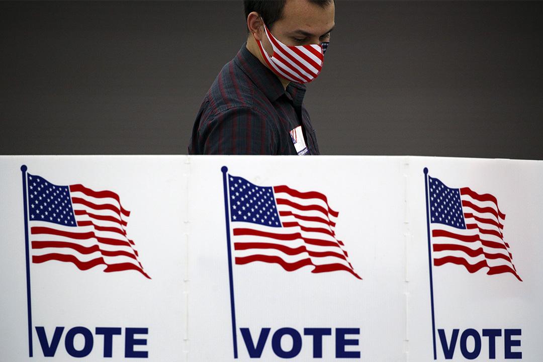 2020年6月23日美國肯塔基州路易斯維爾,一名戴著美國國旗口罩的工作人員在一個投票站進行消毒。