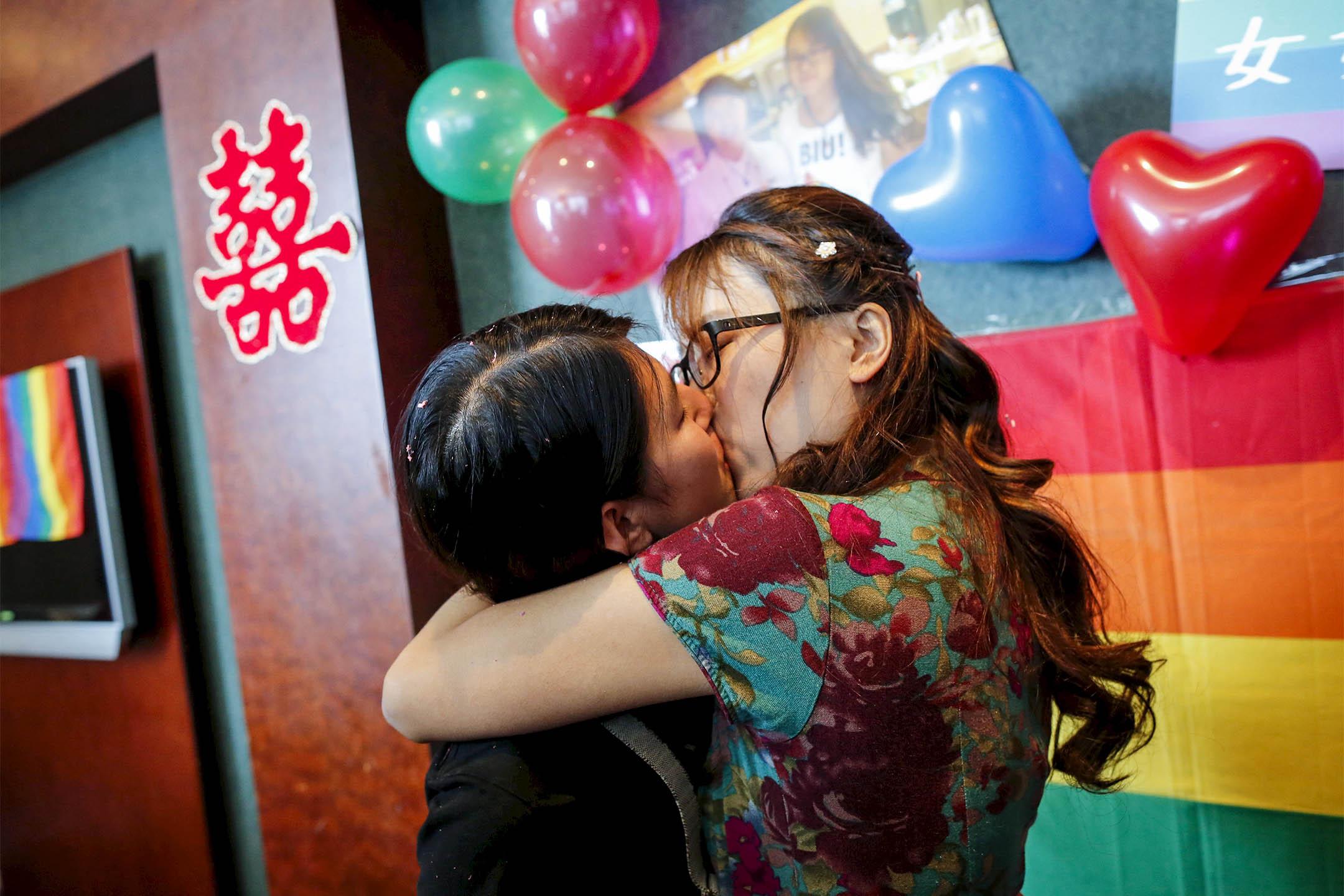 2015年7月2日,李婷婷與她的伴侶在北京舉行的婚宴上接吻。她一直推動中國的女權活動和LGBT權利。 攝:Kim Kyung Hoon/Reuters/達志影像