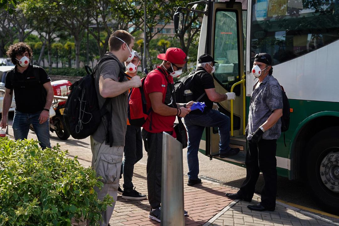 2020年7月26日,海員在大角咀乘穿梭巴士。