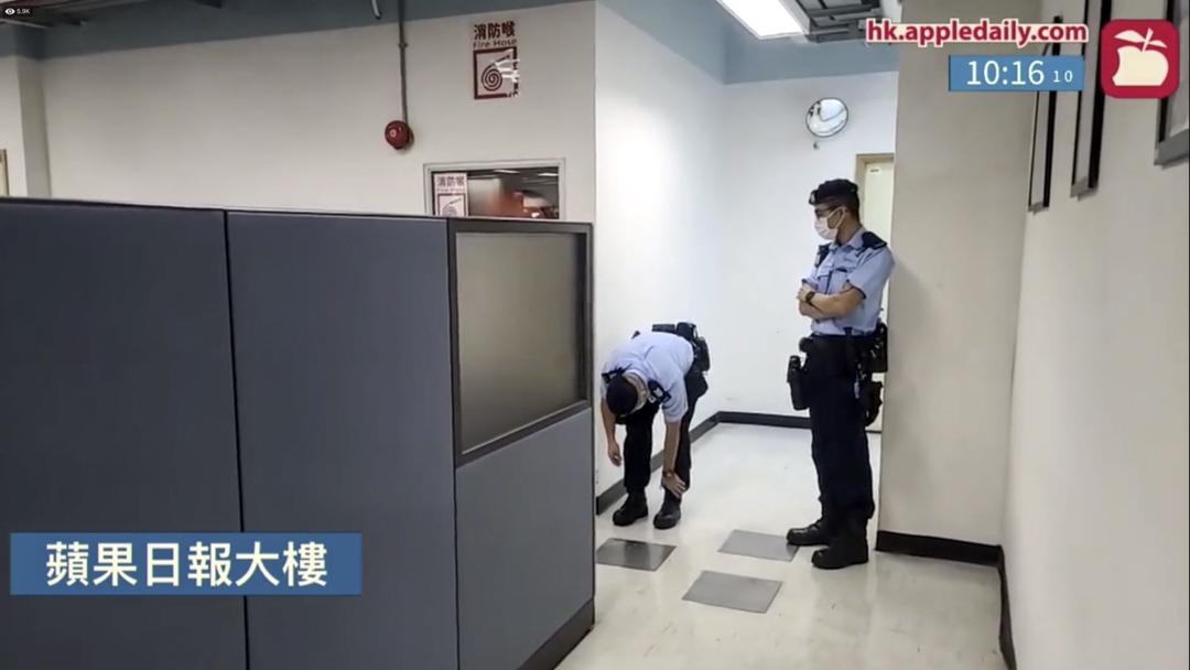 兩名警員在壹傳媒大樓內駐守。