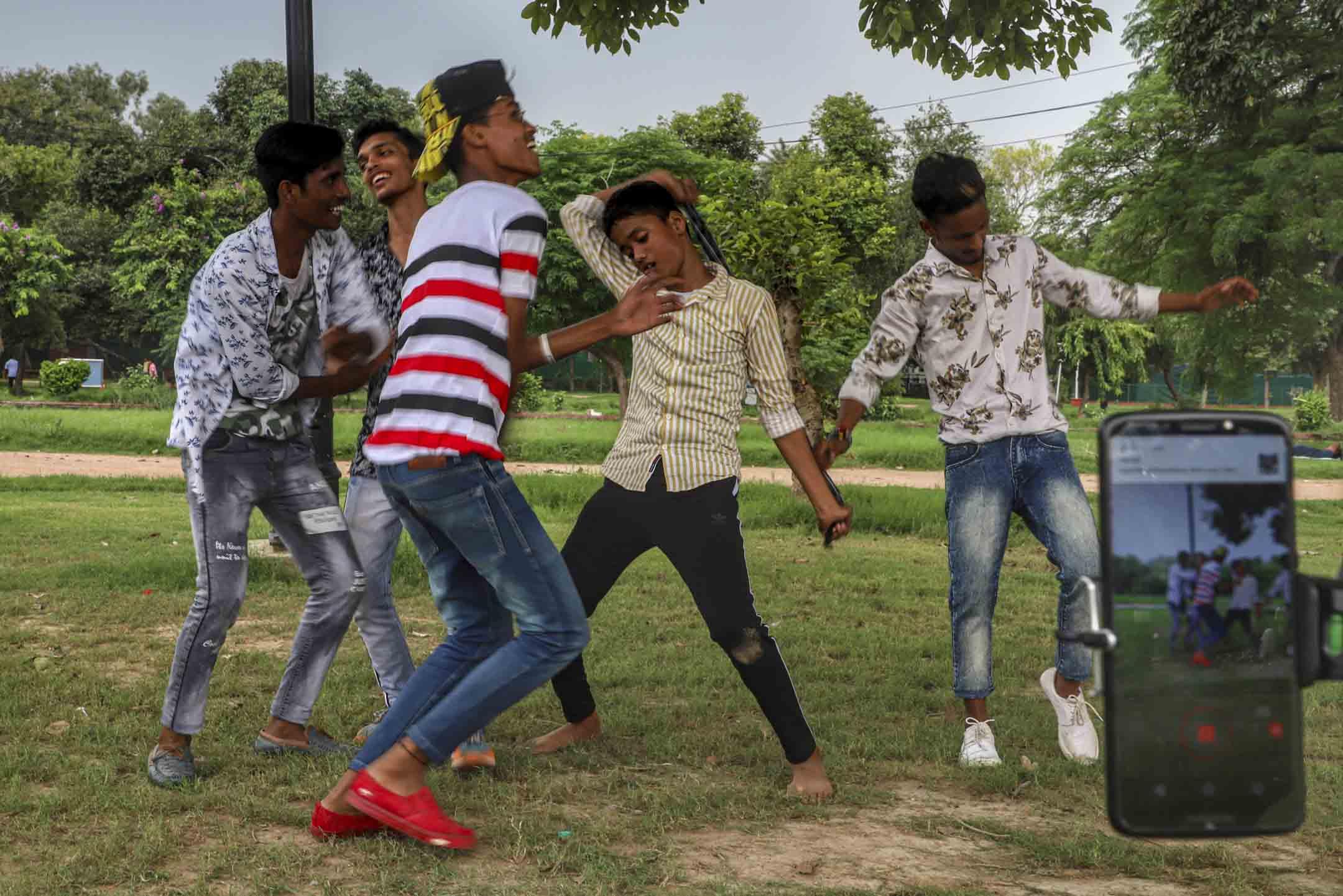 2019年8月4日,印度新德里的一個公園,五名男孩為TikTok 製作視頻。 攝:Nasir Kachroo/NurPhoto via Getty Images