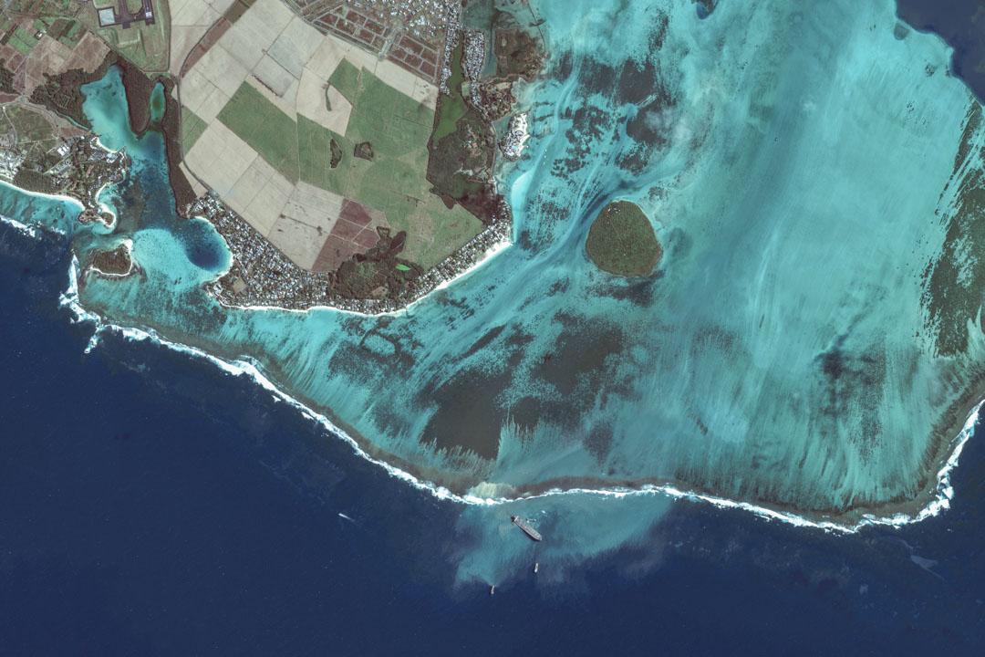 日本貨船「若潮號」在毛里求斯海域擱淺。