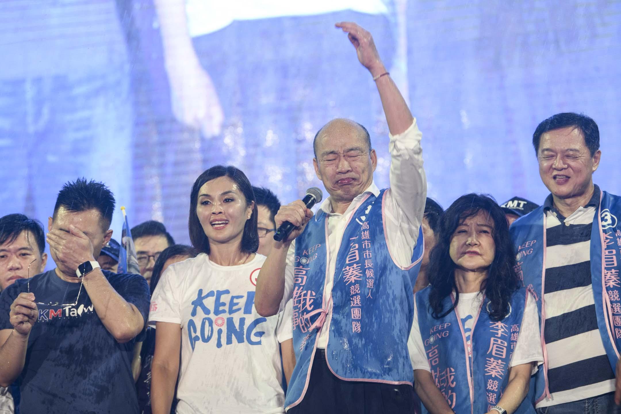 2020年8月14日,國民黨高雄市長候選人李眉蓁的選前之夜晚會,高雄市前市長韓國瑜站台,現場下起傾盆大雨。 攝:李昆翰/端傳媒