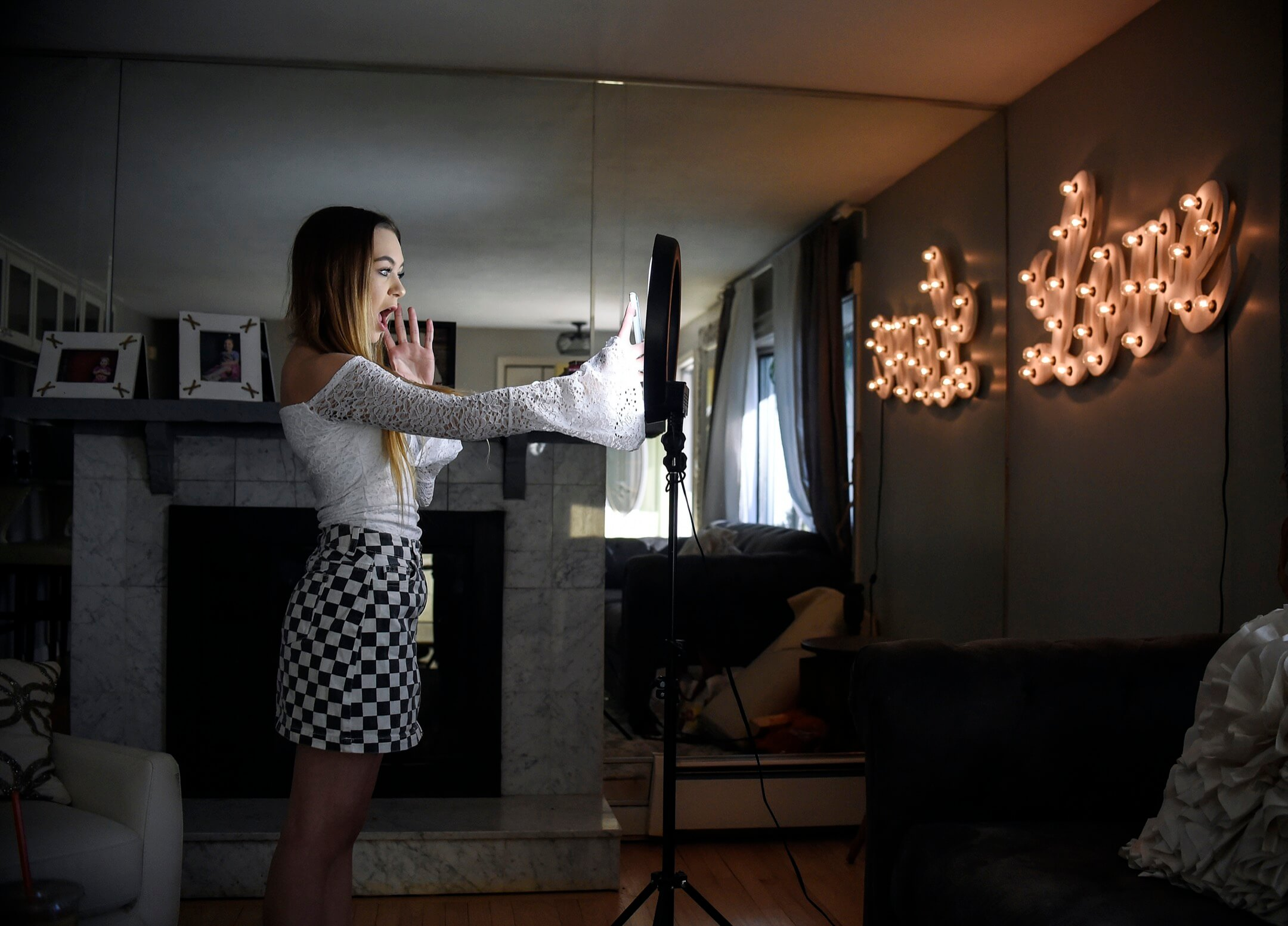 一名少女在拍攝Musical.ly視頻。Musical.ly是TikTok的前身,在2018年被抖音收購。 攝:Jessica Hill/AP